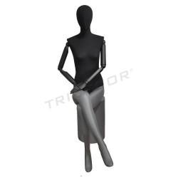 Maniquí dona asseguda en mat de color gris, negre teixit, tridecor